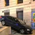 Los VTC quedan atascados en los escalones de la plaza de Pedro Zerolo por seguir el GPS